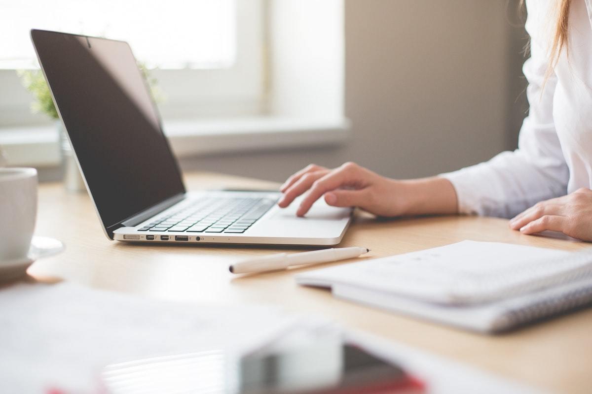 Formación online vs. Formación presencial: Ventajas, inconvenientes y cómo elegir la mejor