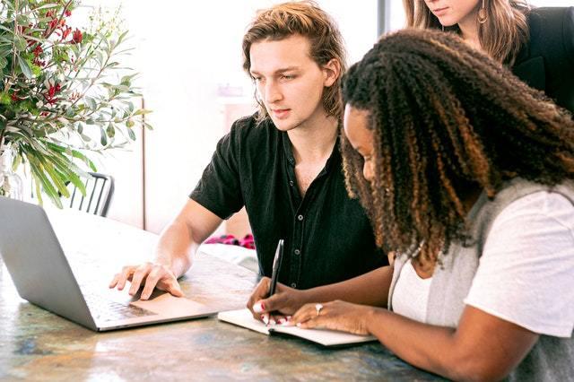 Qué es Inbound Marketing: Definición, Ejemplos y Estrategia en 8 pasos